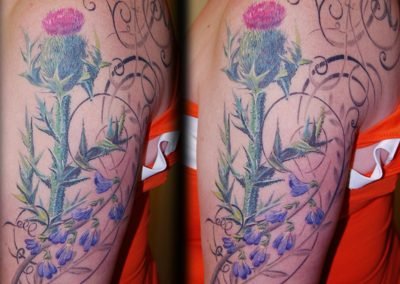Distel mit Blumen-Ornament Tattoo