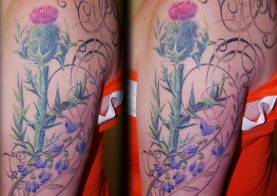 Distel mit Blumen-Ornament Tattoo