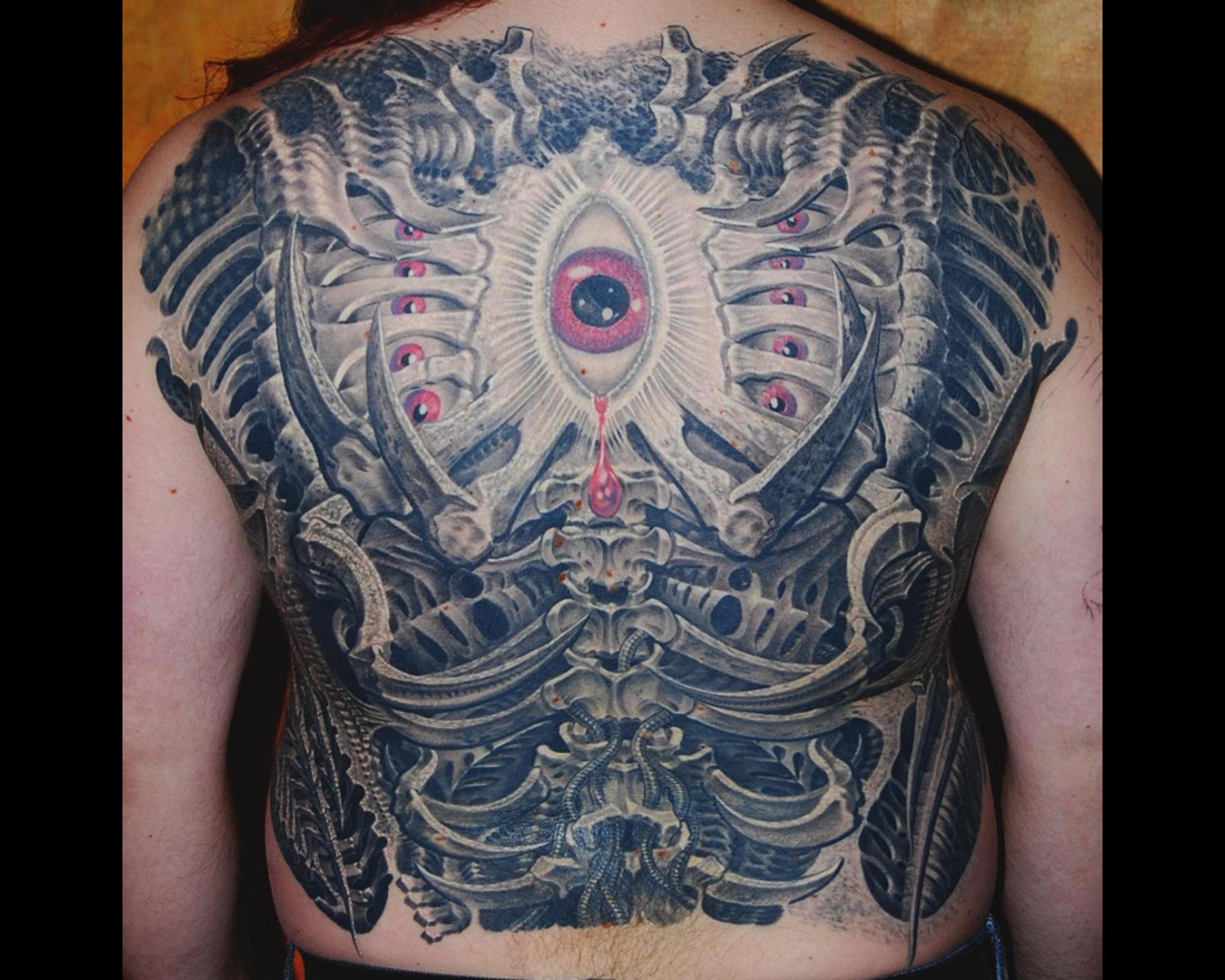 Biomechanik Rücken Auge Knochen Wirbelsäule Tattoo München