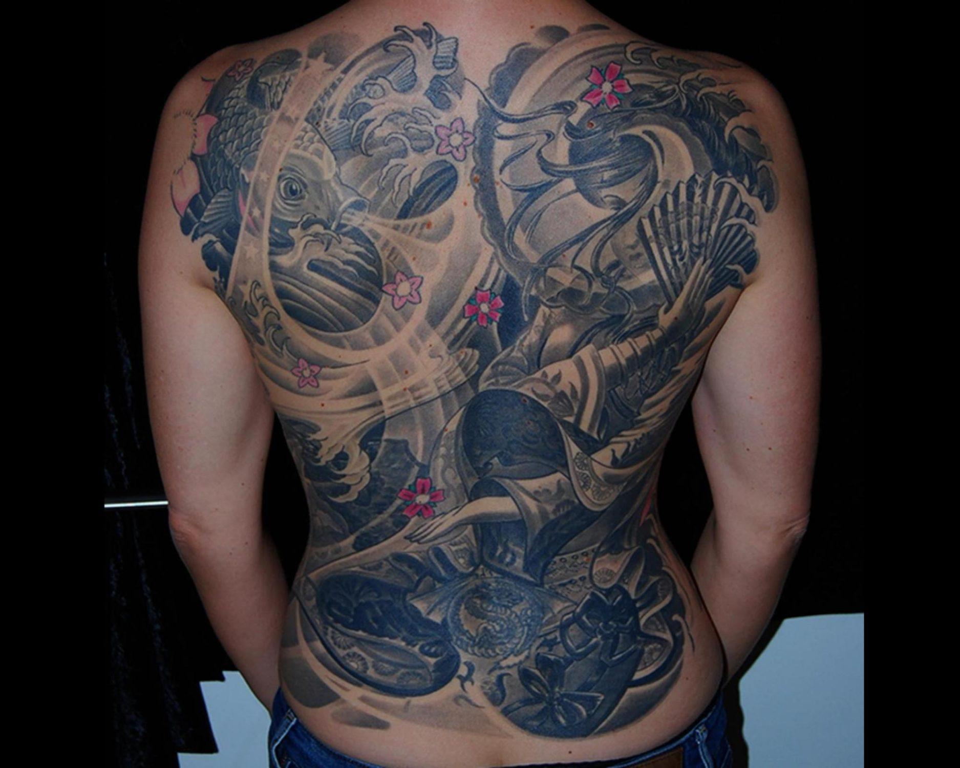 japanische Geisha Tattoo Full Back Backpiece mit Wasser, Wellen, Koi und Kirschblüten München Cover up Tattoo Überdeckung Profi Spezialität