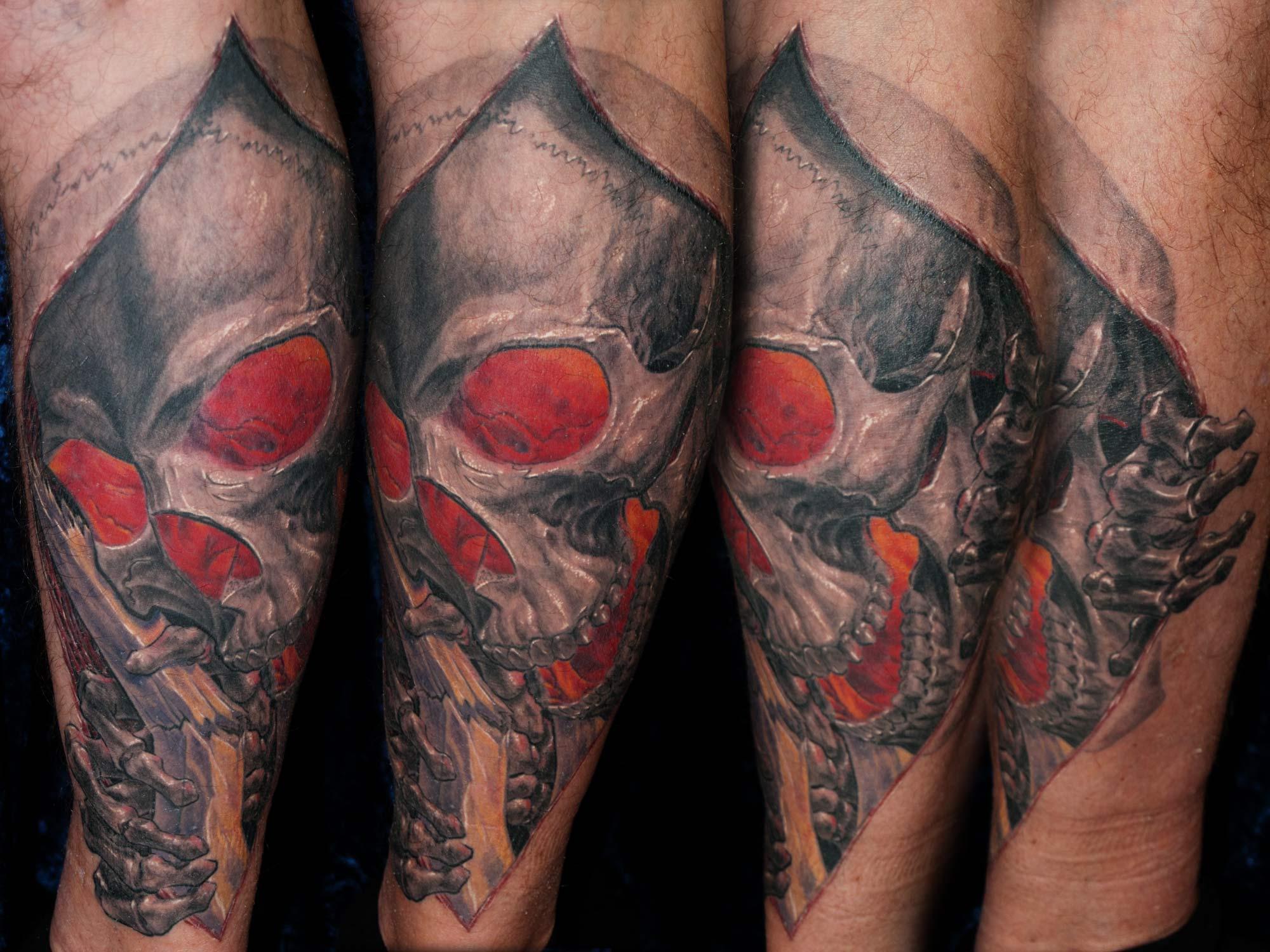 Totenkopf Tattoo mit leuchtenden Augen München