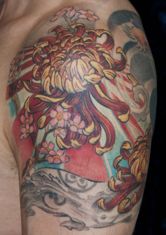 Chrysantheme japanisches Tattoo mit Kirschblüten und Sonne München