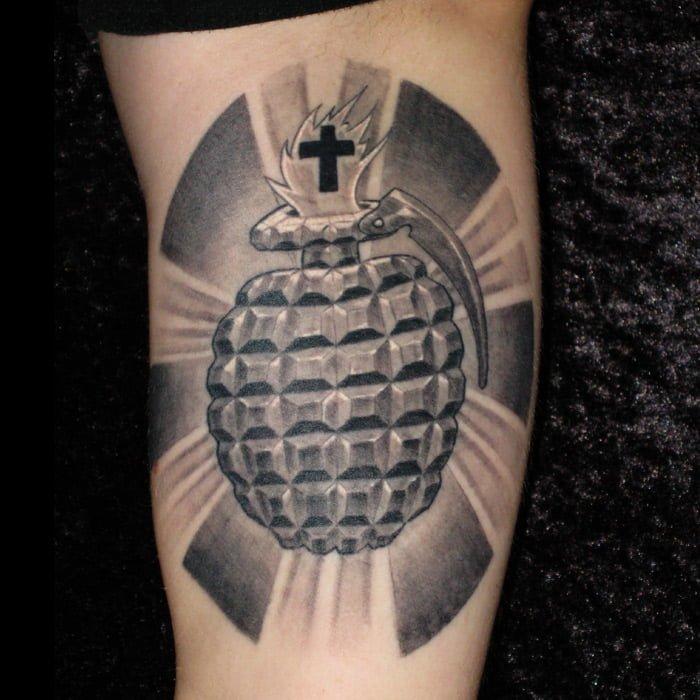 heilige Handgranate Tattoo München