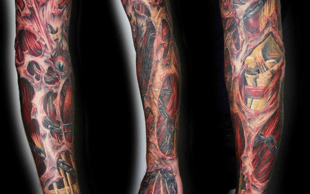 Muskel Tattoo mit Ketten