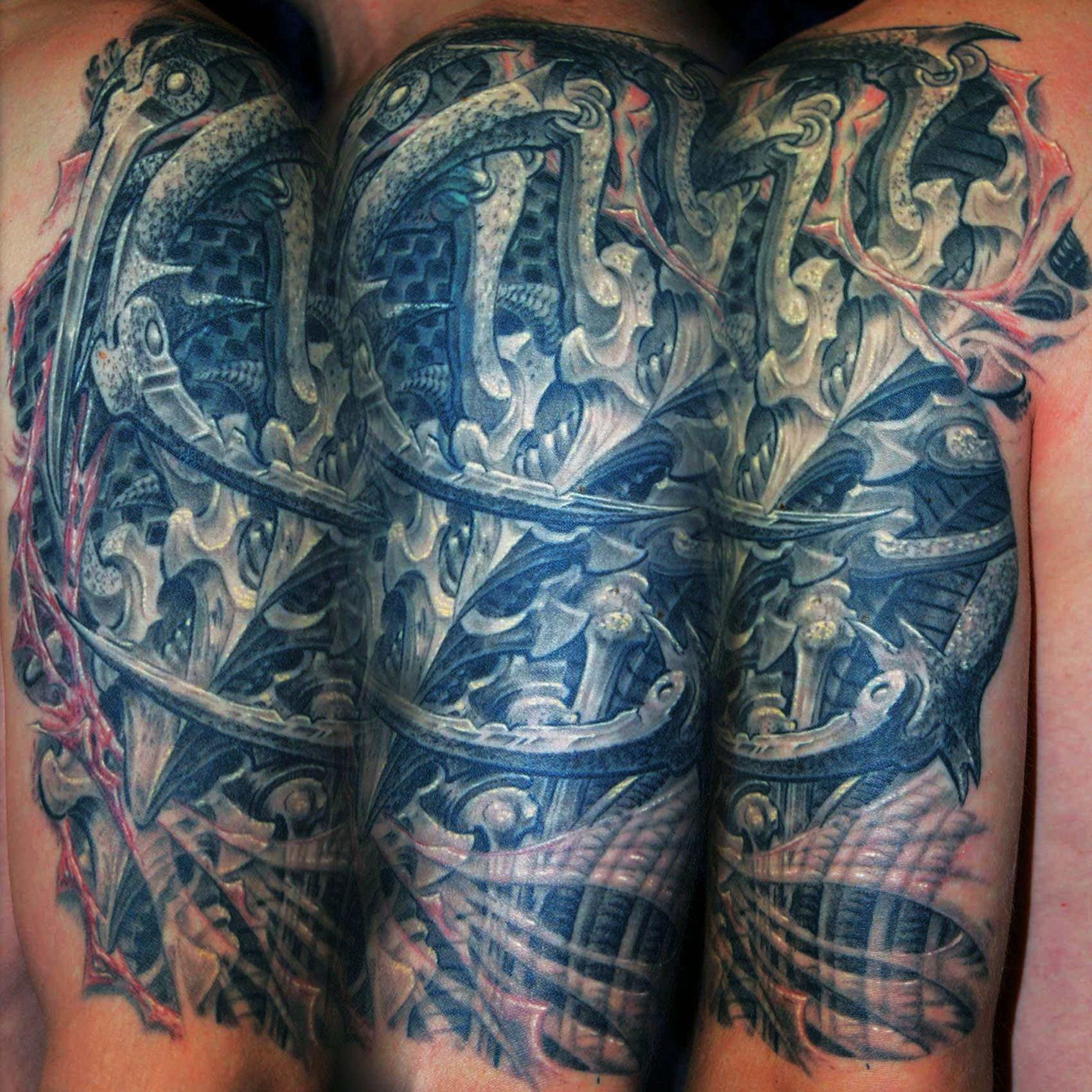 Biomechanik-Tattoo ,it Knochen Klingen und zerrissener Haut München