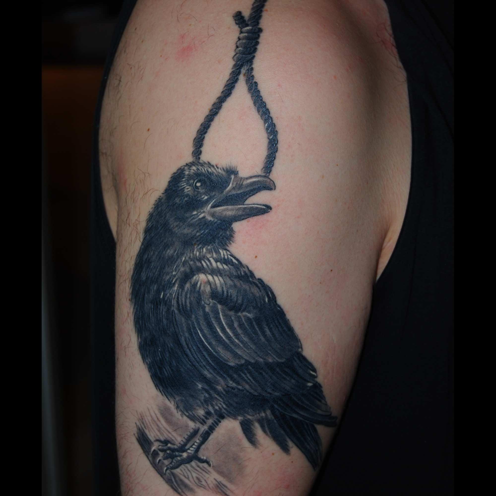 Rabe mit Galgenschlinge Tattoo München