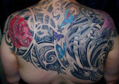 Ornament mit Blumen und Schmetterling Tattoo