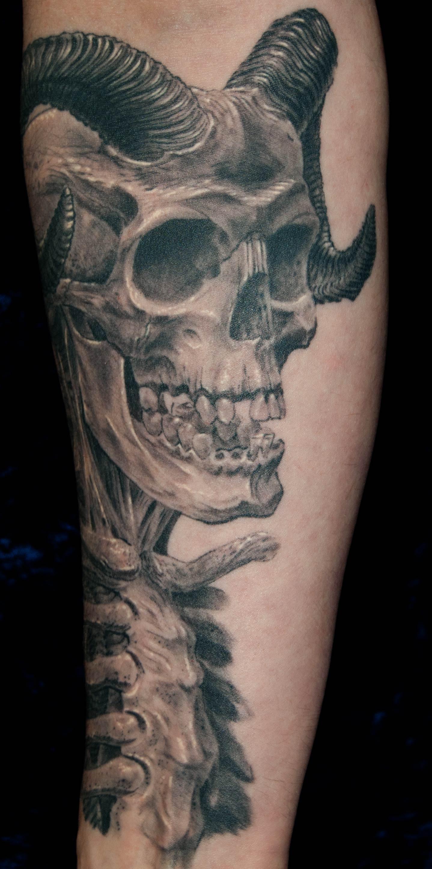 Totenkopf Dämonenschädel Tattoo München