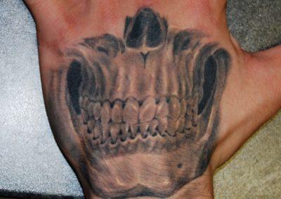 Totenkopf Hand Tattoo München