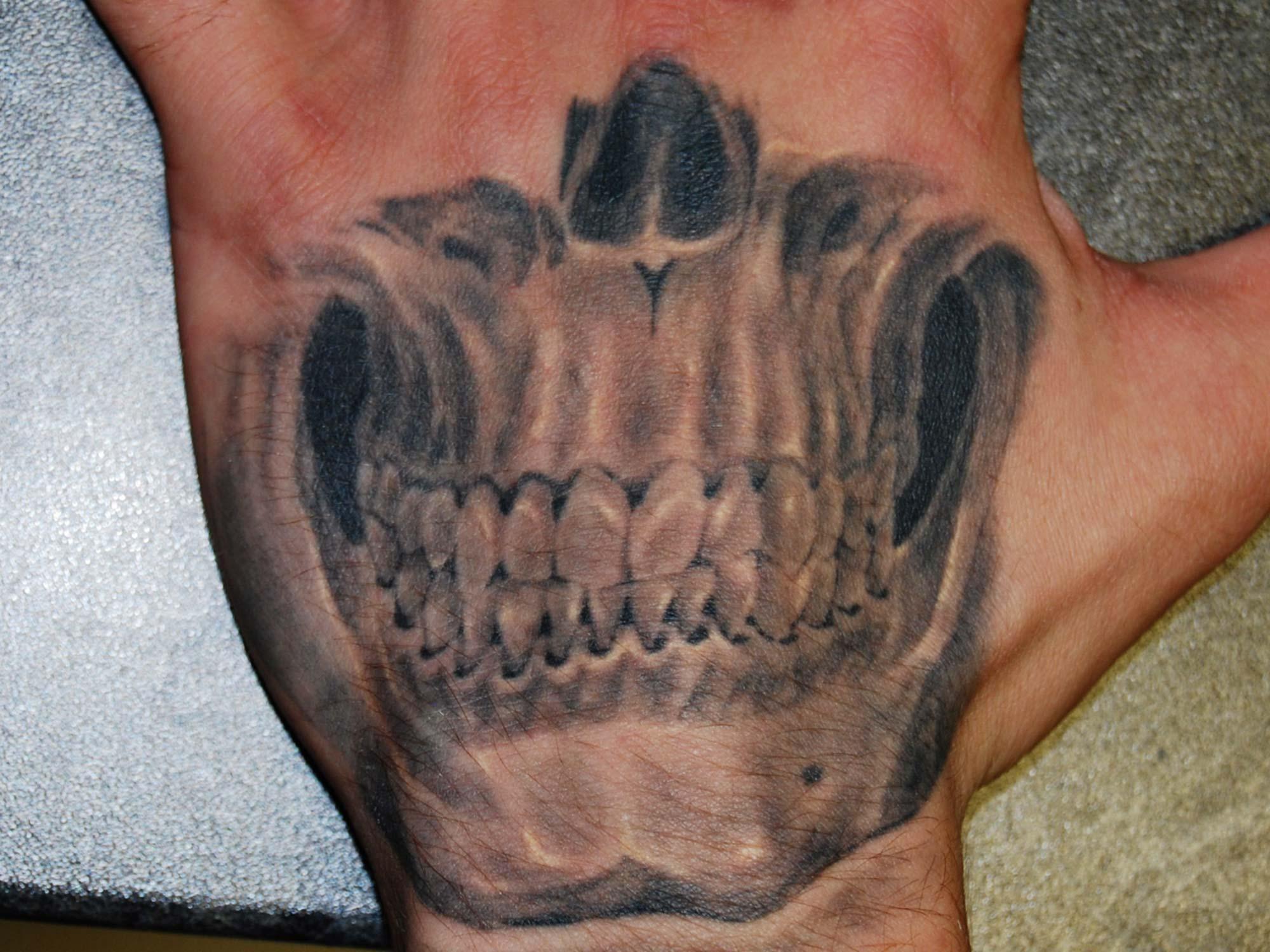 Schädel Totenkopf Tattoo auf Handrücken München