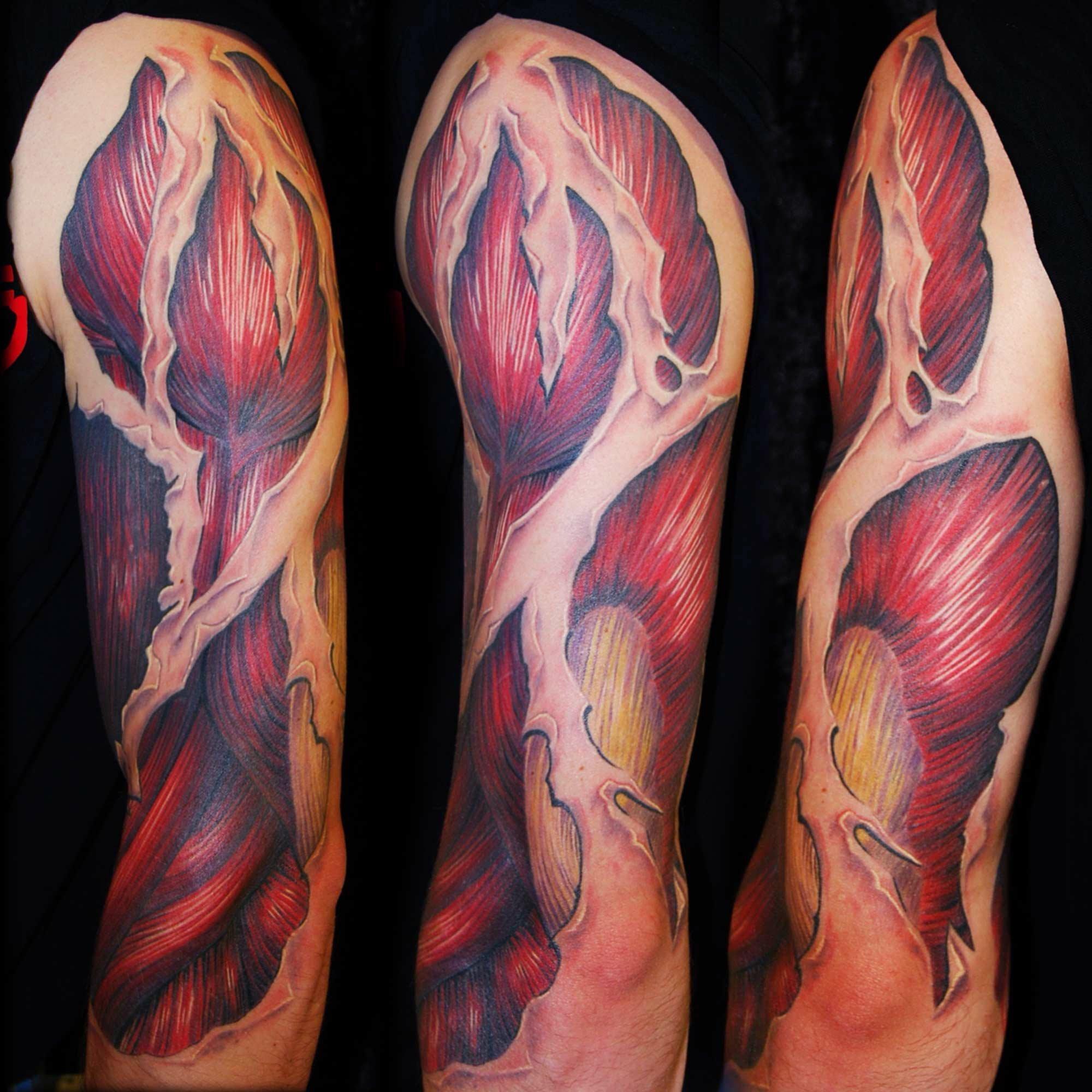 Biomechanik Arm Tattoo mit Muskulatur und Hautfetzen München