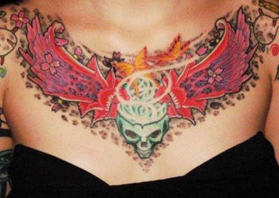 Dekolleté Schädel mit Blumen Tattoo und Leoparden Flecken