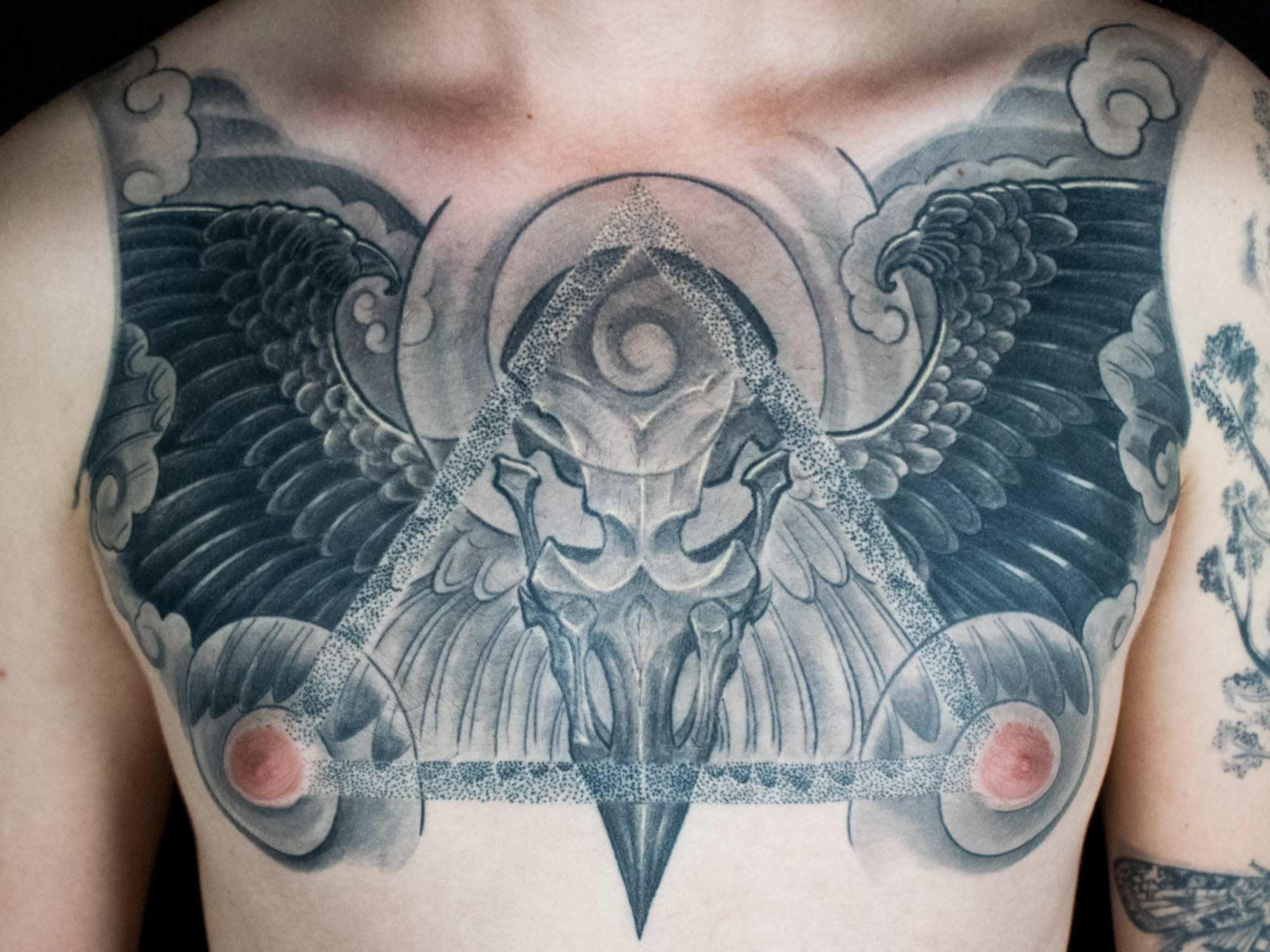Rabe-japanisch-Dotwork-Schädel-Skull-Dreieck-Tattoo-Raul-Shit-for-Life-Hits-for-Life-Taufkirchen-München